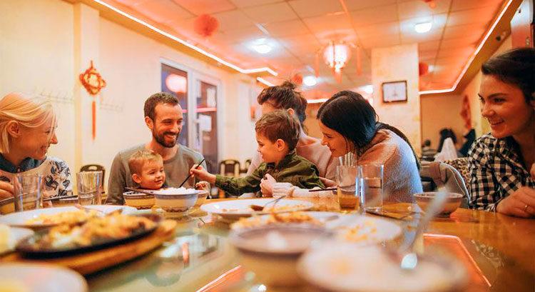 Поход в ресторан всей семьей