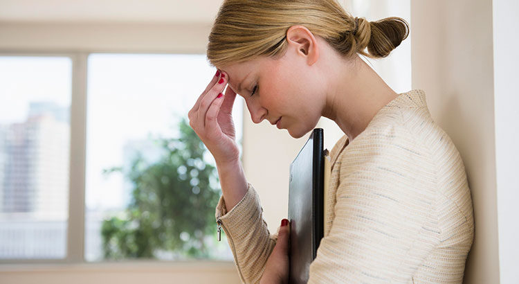 Почему болит голова без видимой причины